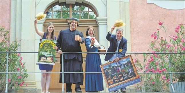 Ludwig und Kerstin Heinzekommen als Martin und Katharina Luther (Mitte) mit Lisa Köhler und Holger Friebel vom Elbhangfest e.V. Foto: Thessa Wolf