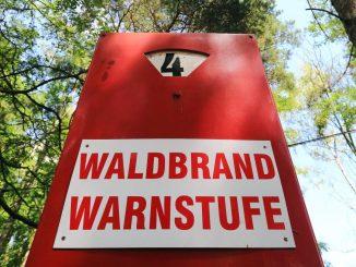 Ein Schild warnt vor Waldbrandgefahr. Foto: Jens Wolf/Archiv