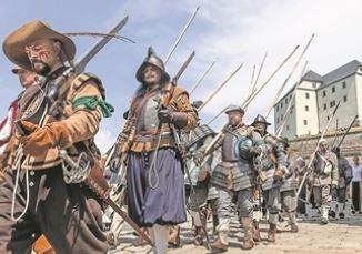 Rund 250 uniformierte Akteure erobern für ein historisches Zeltlager die Festung Königstein. Foto: Marko Förster