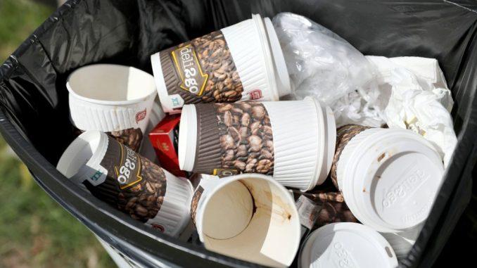 Kaffeebecher zum Wegwerfen landen zu Tausenden im Müll. Diese Verschwendung soll jetzt gestoppt werden. Foto: dpa
