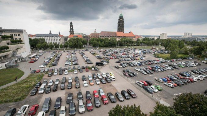 Bislang kann man neben dem Karstadt oberirdisch parken. Foto: Steffen Füssel
