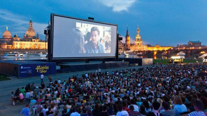 Zuschauer sitzen vor der Kinoleinwand der Filmnächte. Foto: Oliver Killig/Archiv