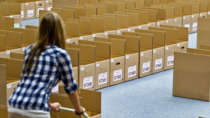 Wahlhelferin in Dresden. Foto: Arno Burgi/Archiv