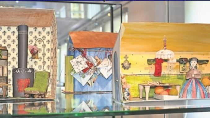 Selbst Gebasteltes wie diese Puppenstübchen sind zurzeit im Volkskunstmuseum ausgestellt. Foto: Una Giesecke