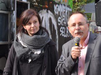 Manuela Möser wurde am Montag von Ortsamtsleiter André Barth vor der neuen Kontaktstelle als Neustadtkümmerin vorgestellt. Foto: Una Giesecke
