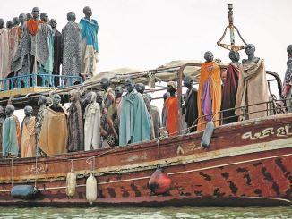 """Knapp 300 Passagiere auf weniger als 50 Quadratmetern waren es in echt – das Kunstwerk """"Flüchtlingsboot legt mit 80 Bronzefiguren am Dienstag im Alberthafen an. Foto: Sebi Berens/OutlawStiftung"""