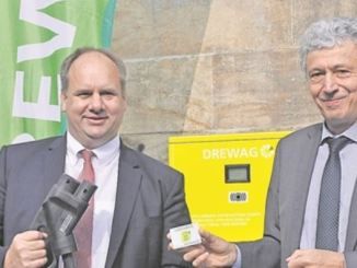 Oberbürgermeister Dirk Hilbert (r.) und Drewag-Chef Reinhard Richter eröffneten den neuen Ladepunkt an der Ecke Anton-/Hansastraße. Foto: Una Giesecke