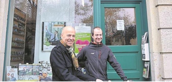 Rolf Leonhardt (li.) und Nils Larsen vom ADFC-Vorstand vor dem Dresdner Büro am Bischofsweg. Foto: Una Giesecke