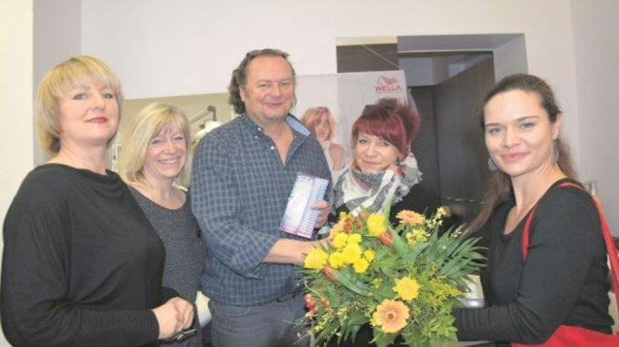Juliane Zönnchen vom DAWO!-Team überraschte Michael Nestler mit dem Dankeschön des Monats. Foto: Oliver Carstens