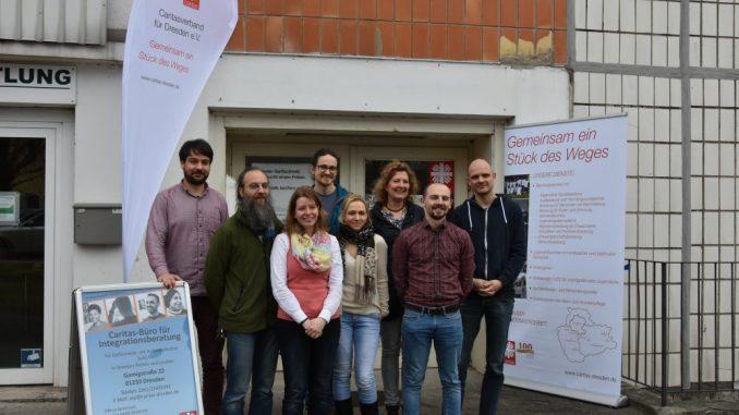 Die Mitarbeiter vor der neuen Beratungsstelle der Caritas Dresen. (Foto: PR)