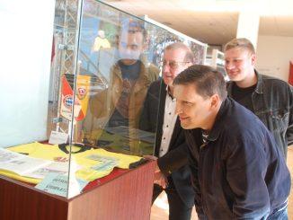 Dynamo-Präsident Andreas Ritter (2.v.li.), Jens Genschmar vom Fußballmuseum (vorn) sowie Danny Graupner und Philipp Köhler von ULTRAS DYNAMO bei der Ausstellungseröffnung. Foto: E. Garten