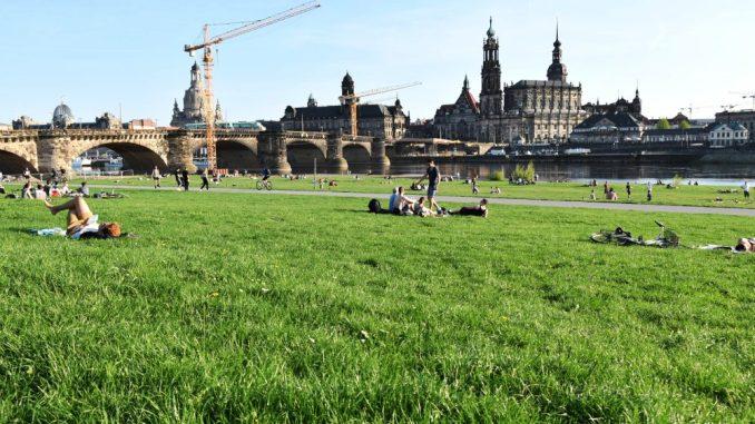 Endlich Sonne und Frühling. Die Dresdner Bürger und Besucher erobbern die Elbwiesen. Wer hier Grillen möchte, sollte sich aber vorher gründlich informieren. (Foto: DAWO! /jz)