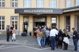 Theaterinteressierte hoffen auf eine Karte für die Vorstellungen im Boulevardtheater.