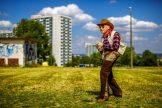"""Peter Weiß posiert für das Projekt """"Schönheit im Alter"""", durchgeführt vom Studio Lamettanest im Ambulanten Pflegezentrum Dresden-Gorbitz-Cotta. Die Protagonisten wurden alle in Gorbitzer Kulisse fotografiert. Foto: Eric Münch"""