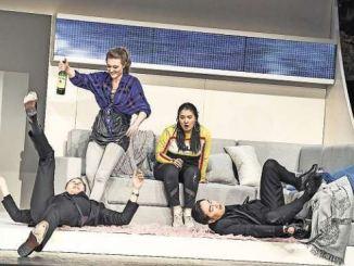 "Damien Gastl, Julia Pietrusewic, Sol Her und Seongsoo Ryu (v. l.) legen sich voller Spaß in ihre Rollen der Kammeroper ""Cosi fan tutte"". Foto: Sebastian Hoppe"