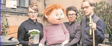 Drei miese fiese Kerle: Die PuppenspielerInnen (v. l.) Viviane Podlich, Tanja Wehling und Patrick Borck mit der Puppe Konrad. Foto: Marco Prill