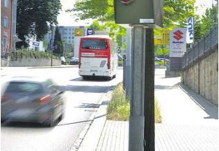 Mehr als 5000 Autofahrer haben Post von der Bußgeldstelle bekommen, seid der Blitzer an der Bergstraße steht. Foto: Christian Juppe