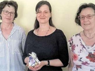 Cornelia Hofmann (li.) und Rosemarie Scobel (re.) von der Freimaurerinnenloge Momentum in Dresden übergaben tausend Euro an Janett Schmiedgen vom Frauen- und Mädchengesundheitszentrum Medea Dresden. Foto: PR