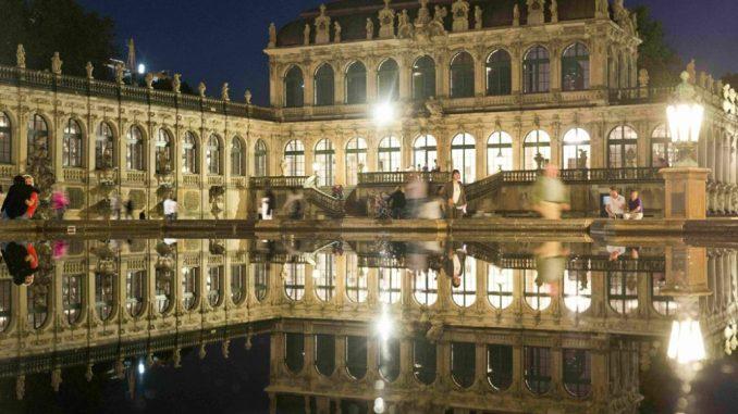 wingerhof mit erleuchteten Fenstern nachts im Wasserbecken gespiegelt. © M. Rietschel