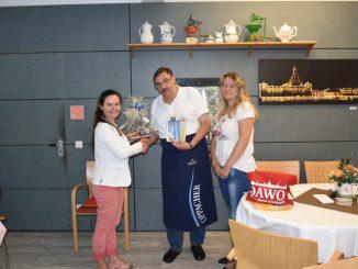 Juliane Zönnchen (links) vom DAWO!-Team überreichte Andreas Nitzsche das Dankeschön des Monats