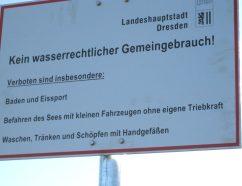 Baden verboten - die Stadt kennzeichnet Flüsse, Seen und Kies-Gruben mit diesen Schildern, wenn in diesen das Baden verboten ist. Wer dennoch hinein geht, macht es auf eigene Gefahr. (Foto: Umweltamt Dresden)