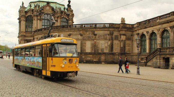Lottchen, die Kinderstraßenbahn der Dresdner Verkehrsbetriebe, fährt auf ihren Touren vorbei an bekannten Sehenswürdigkeiten wie dem Zwinger. Foto: DVB AG