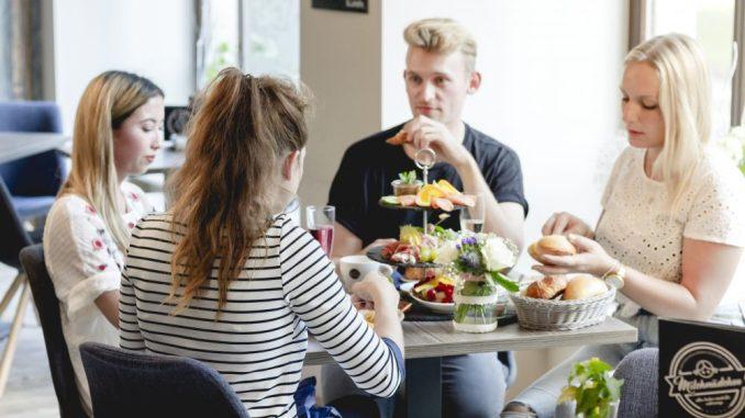 In geselliger Runde kann man sich gut mit Freunden treffen im Café Milchmädchen in Dresden Gruna (Foto: Christian Chalupka)