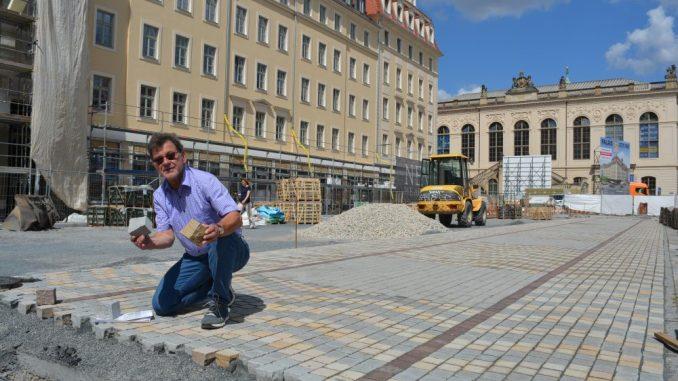 Straßenbauamtsleiter Reinhard Koettnitz auf einer Pflaster-Tuchbahn. Foto: Thessa Wolf
