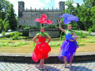 Blumenmädchen der besonderen Art – die beiden sind von der Jugendkunstschule.