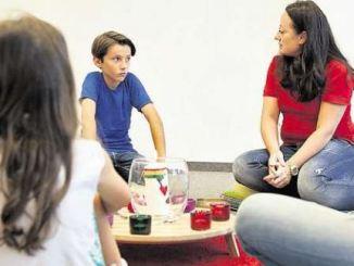 Beruhigende Rituale und Anteilnahme, aber auch Raum zum Ausleben ihrer Gefühle helfen Kindern im Trauerprozess. Foto: PR