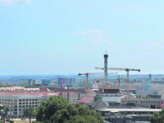Nur Hofkirche und Frauenkirche überragen Dresdens neuesten Turm. Auf 72 Metern Höhe soll sich den Fahrgästen in der vollklimatisierten Panorama-Aussichtsplattform ein 30 Kilometer weiter Rundblick – bei guter Sicht – bis in die Sächsische Schweiz bieten. Er ist durchgehend bis zum 14. Oktober geöffnet.