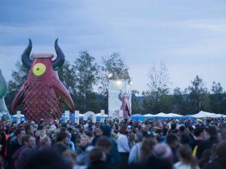Besucher strömen über das Gelände des Highfield-Festival. Foto: Alexander Prautzsch/Archiv
