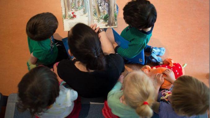 Die Zukunft der Kinder soll gesichert werden. Kita-Gruppen sind eingeladen, Handwerkern bei einem Betriebsbesuch über die Schultern zu schauen. (Foto: dpa)