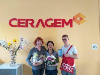 Gabriele Helbig (links) überreicht gemeinsam mit Oliver Goldberg vom DAWO-Team das Dankeschön des Monats an Frau Park.