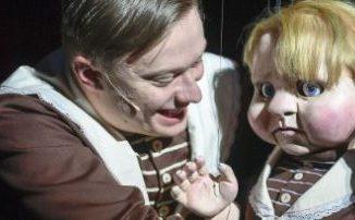 Jannik Hinsch entwickelt die Figur des Diederichs Heßling überzeugend im Verlauf des Abends, sein inneres Kind verkörpert die Puppe Diedel, genial gespielt von Michael Pietsch. Foto: Sebastian Hoppe