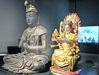 Buddha, und Licht-Göttin Marici hinter Glas. (Foto: Thessa Wolf)
