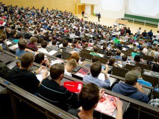 Studenten sitzen in Dresden (Sachsen) in einem Hörsaal der Technischen Universität Dresden. (Foto: Sebastian Kahnert/Archiv)