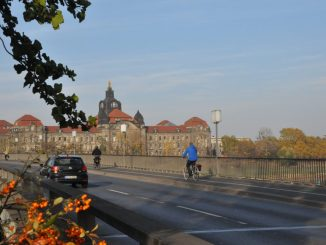 Auf der Carolabrücke sind laut Dresdner Fahrradclub auch mit der Sanierung ab 2019 keine besseren Radwege geplant. Foto: Una Giesecke