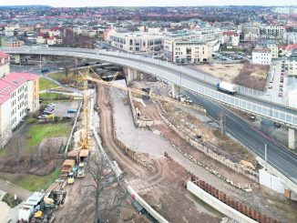Sichtbare Konturen hat der neue Flutschutz am Weißeritzknick angenommen. Rechts und links entstehen höhere Ufermauern, in der Mitte ein Überlauf.