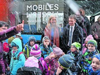 SKD-Chefin Marion Ackerman und Sachsens Minister- präsident Michael Kretschmer (Bildmitte), freuen sich, dass der Bus bald auf Tour geht.
