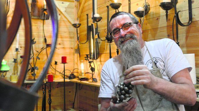 Metallbildner Steffen Esser zeigt seine Objekte aus Eisen.