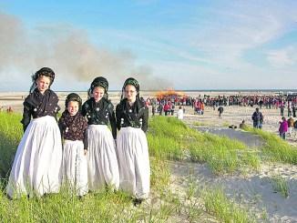 Zur Sonnenwende tragen die Friesenfrauen ihre Tracht und wertvollen Silberschmuck.