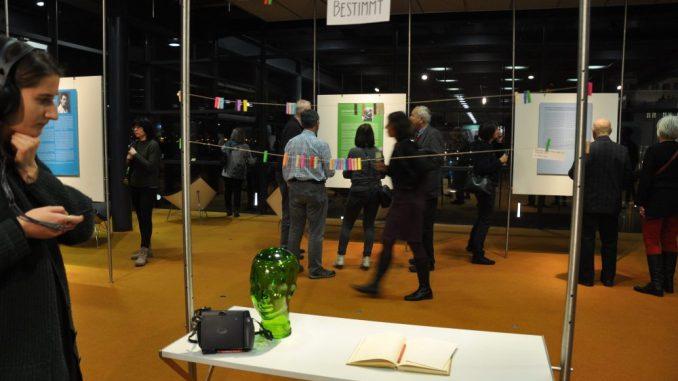 Männer und Frauen, Jung und Alt bunt gemischt - rund hundert Leute kamen zur Eröffnung der eintrittsfreien Ausstellung im Bürgerfoyer des sächsischen Landtags. Foto: Una Giesecke