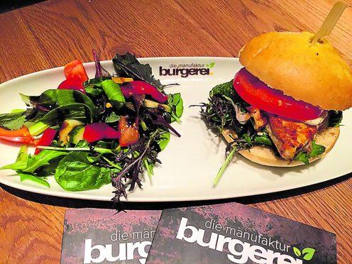 Die Burgerei lebt Burger. Passend dazu gibt es einen bunten Salat. (Foto: PR)