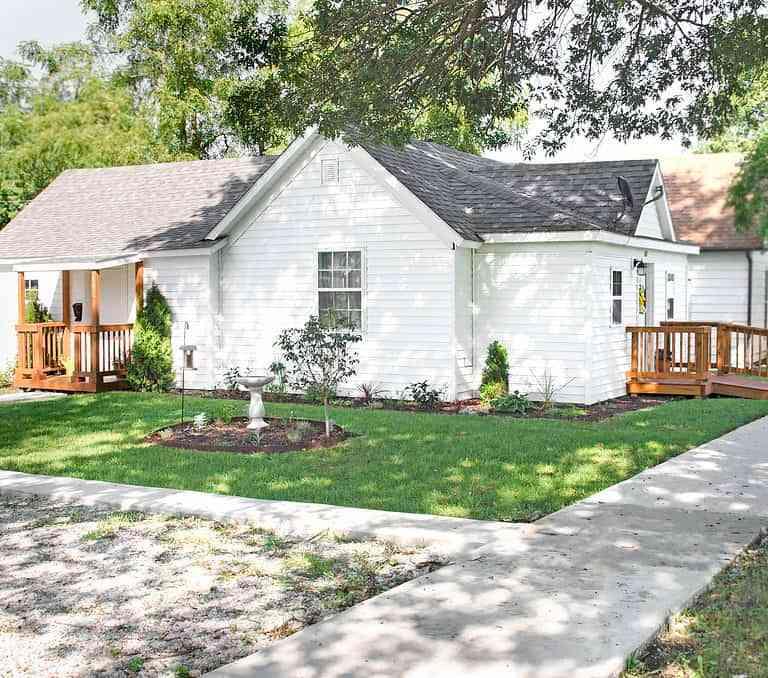 Dawson Retreats near Missouri star quilt co hotel cottage exterior
