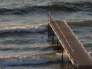 Men bølgerne er for store - og der er ikke andre på stranden