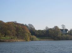 På den anden side af slotssøen