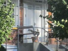 og hovedindgangen, som er en paneldør