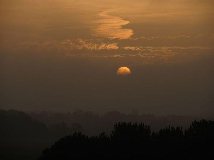 Sol bag slørskyer - så kan man se på den med det blotte øje