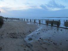 Vand piskes stadig op over strandmuren
